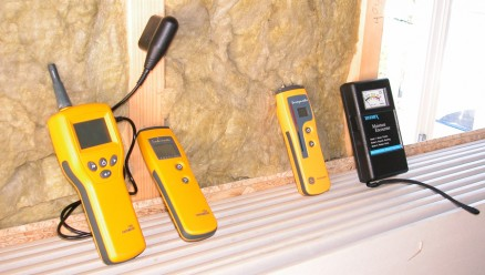 Fire forskjellige fuktmålere og fuktsøkere til forskjellig bruk: (f.v.) Protimeter MMS som kan måle fukt i alle materialer, Protimeter Timbermaster som måler i flere tresorter, Protimeter Surveymaster som pigger og søker fukt, og fuktsøkeren Tramex.
