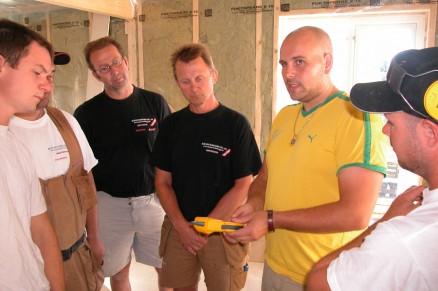 Fuktmåler må brukes riktig, fastslår Tom Robert Sletta (gul skjorte) for: (f.v.) Thomas Sommer, Per Christian Motrø, Petter Albertsen, Erik Askautrud og Steffan Askautrud.