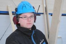 Andreas Vedhus er lærlingen som har bygd elementene til Rollaghallen.