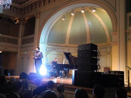 Stemningsfullt i Gamle Logen under festmiddagen lørdag da The Voice-vinneren Marin Halla sang.