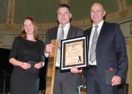 Finn Harald Hansen i Tre-Bo As med fikk prisen årets marekdsfører overakt av Mona Storksen og Raymond Myrland.