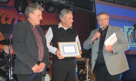 Alv og Joar Sandnes i AJ Sandnes Bygg AS, Røros, fikk Byggeriet Proffs pris for størst vekst i omsetningen  i fjor. Gulbrand Bråthen overrakte premien.