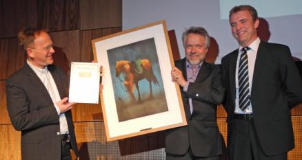 John Kåre Sundstrøm og Øystein Kvam i Glava med prisen for årets leverandør, sammen med prisutdeler Benn Asgeir Båtvik.