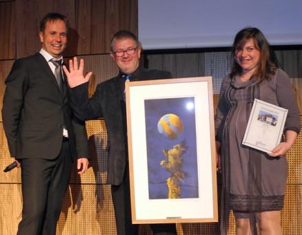 Hans Hadland i Hadland Bygg As er tydelig stolt over å ha vunnet prisen årets prosjekt. Her sammen med prisutdeler Båtvik og arkitekten May Siri Bones.