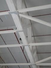 Sju og ni takstoler er buntet sammen. Limtre er brukt i avstivning og søyler.
