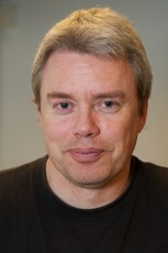 Professor Bjørn Petter Jelle forsker videre på nye isolasjonsmaterialer som tar mindre plass og dermed gir et større boareal innenfor samme yttermål på en bolig.