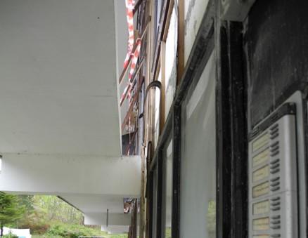 20 cm av svalgangen er skjært vekk for å gi plass til nytt bindingsverk og 30 cm isolasjon.