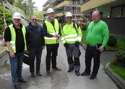 Den store energirehabiliteringen har kommet godt i gang, er disse fem enige om: (f.v.) Prosjektleder Rolf Åbrekk, borettslagets styreleder Oluf Teinum, byggekomiteleder Kjell Ingebrigtsen, vaktmester Arvid Olsen og Arne M. Kringlen, Byggmester Per Otto Ingebretsen AS.