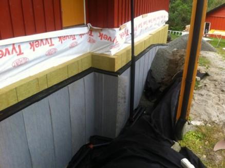 På kjellerveggene legges det 25 cm isolasjon. (Foto: Magne Bergseth)