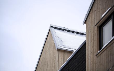 De 34 rekkehusene i Stenbråtlia får vannbåren varme, varmet opp av solfangere på hver enkelt bolig. Foto: SINTEF Byggforsk