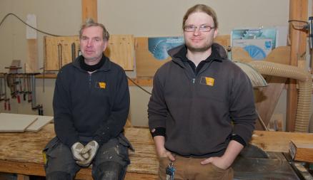 Her i verkstedet ble delene til gildehallen bearbeidet etter mål av byggmester Jens Løge (t.v.) og hans medhjelpere, som fulgte tegningene laget av tømrer Sascha Bøhme.