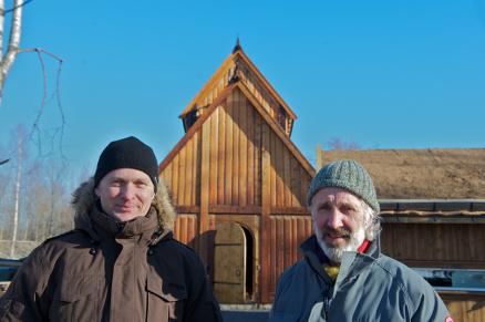 Selv en dreven trebygger som Anders Frøstrup (t.h.) blir litt andektig foran gildehallen, her sammen med byggeleder Øyvind Jacobsen.