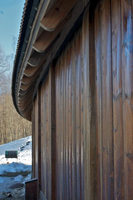 Den 33 meter lange ytterveggen går i en bue som gjør gildehallen tre meter bredere på midten.