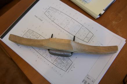 Ved bruk av en pjål, innfelt, en enkel høvel man griper med begge hender, er det satt verktøyspor i materialene som er brukt i gildehallen, som på denne stolpen.