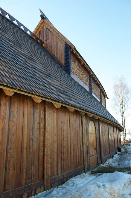 52 grader er helningsgraden på taket tekket med kirkespon innsatt med tretjære.