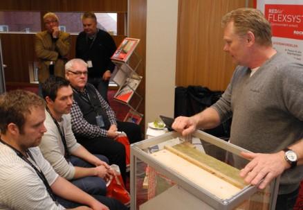 Dag Ove Leraand forklarer Rockwools Flexsystem for Trygve Barbøl, Erlend Høilund og Magne Barbøl i Østenfjeldske Bygg & Entreprenør AS.