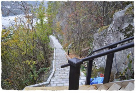 Stien opp til hytta gir en anelse om utfordringene i terrenget. (Foto: Bergene Holm).
