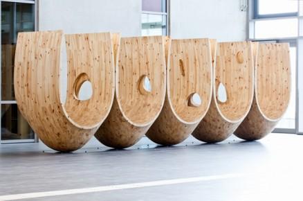 Wooden Hammocks er fullført og plassert i skolens flotte ankomsthall. (Foto: Marte Garmann for Haugen/Zohar Arkitekter).