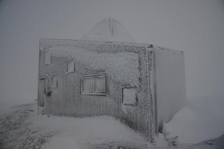 - Vindforholdene er til dels ekstreme, og det er normalt med snø og is i alle månedene i året, sier Brygfjeld. (Foto: Svein Arne Brygfjeld).