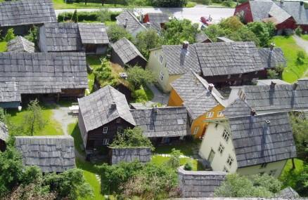 Klikk for stort bilde. Agatunet i Hordaland har alle varianter av vestnorske tekkeformer. (Foto: Kjell Andresen © Riksantikvaren).