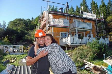 Klikk for stort bilde. Susanne Christiansen gir Arve Skive fra Byggnord en god klem etter at nytt tak er lagt på huset. (Foto: Lars Sørnes)