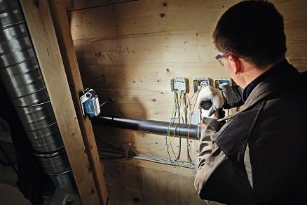 Den kan henges på stiger og stillaser ved hjelp av en integrert krok eller festes til arbeidsklær med en karabinkrok. Lykten kan i tillegg festes til metallflater med en sterk magnet.