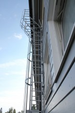 Klikk for stort bilde. Eurostigen har gesims stiger som går fra bakkeplan langs husvegg og rundt takutspringEurostigen har gesims stiger som går fra bakkeplan langs husvegg og rundt takutspring.