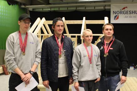 De fire tømrerlærlingene har gjennomført det første Yrkes-NM for tømrerfaget.