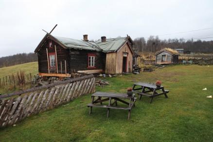 Klikk for stort bilde. Flere stokker nederst i tømmerkassa er skiftet med nytt tømmer. (Foto: Harald Vingelsgard)