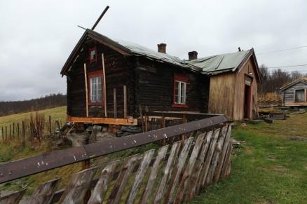 Klikk for stort bilde. Hvis alt går etter planen, skal den gamle tømmerstua stå ferdig restaurert i løpet av 2015. Og den skal brukes både av folkene som bor på gården og leies ut til turister, spesielt fiskere om sommeren. (Foto: Harald Vingelsgard)