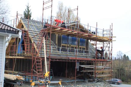Langs den gamle drammensveien før Liertoppen har familien Kilde latt elevene fra Nesbru bygge nytt garasjebygg i to etasjer på tomta. Her får elevene en viktig mulighet til å lære seg å bygge fra A til Å.
