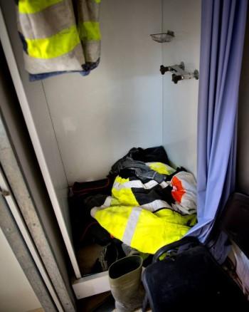 Når alt for mange må dele på brakka, blir det garderobe i dusjen. (Foto: Brakkeaksjonen)