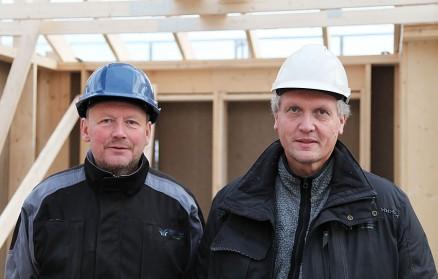 Joar Hamlandsø veileder elevene i byggeprosjektet sammen med Bjørn Aksnes som er elevassistent og fagmurer.