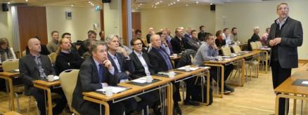 Birger Haugland i EBA Hålogaland og Byggmesterforbundet region Nord ønsker velkommen til de mange frammøtte.