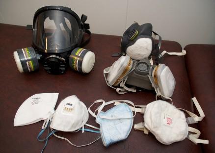 Det er mange gode støvmasker å velge mellom, men P1-maska nede til venstre skal du unngå, den holder ikke mål. I fremste rekke ligger det også P2- og P3-masker, mens de bak er masker som også har gassfiltre. (Foto: Dag Solberg)