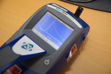 Støvforekomsten kan enten måles ved å samle inn støv ved hjelp av pumper og filtre, hvor filteret analyseres i et laboratorium, men det tar tid. Alternativt kan man bruke en slik direktevisende støvmåler som teller støvpartikler av ulik størrelse, noe som gir et godt bilde av risikonivået og gjør det mulig å se effekten av avsug eller andre forebyggende tiltak. (Foto: Dag Solberg)
