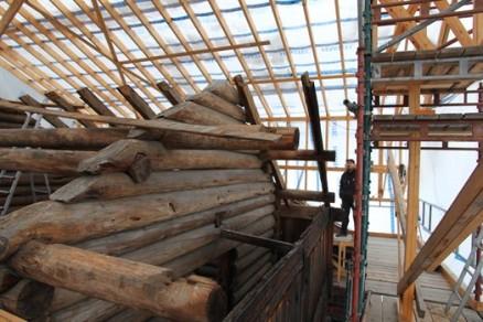 Nye åser og sperrer skal på plass og deretter nytt tak. ( Foto: Christel Wigen Grøndahl, Bygg og Bevar)