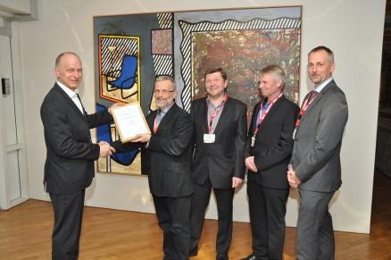 Diplomet presenteres av Jørn Brunsell fra Treteknisk til (fra venstre) Knut Narvestad (Gran Almenning), Jan Høiby (Miljøbygg), Torstein Johnsrud (Gran Almenning) og Tom Stubberud (HR-Prosjekt). (Foto: Treteknisk)