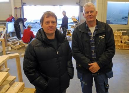 – Skolen har fagfolk som lærere i de viktigste fagene, forklarer Larsen, her sammen med betongfaglærer Roy Hansen.