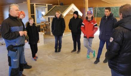 En klasse fra Sandbekken ungdomsskole i Rælingen er på besøk og blir vist rundt av faglærer Rune Kirkerud før de blir får på seg arbeidstøy og verneutstyr og får prøve seg med verktøy og materialer.