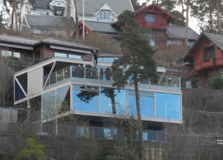 Boligen ligger med flott utsikt over indre del av Oslofjorden.