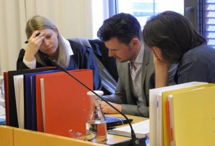 Advokat Christin Welle Smidt, Erlend Fanebust og Halvard Fanebust studerer dokumenter i saken.