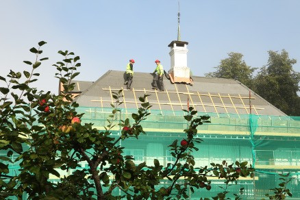 Tømrerne til Braa og Sørvåg Bygg as skiftet sist høst taket på hovedbygningen. (Foto: Harald Vingelsgaard)