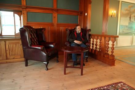 Tømrermester Nils Sørvåg i biblioteket hvor alt er pusset opp av hans firma. (Foto: Harald Vingelsgaard)