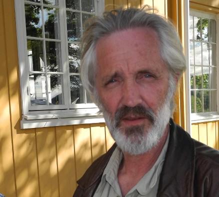 Anders Frøstrup er daglig leder i Timber AS. Han er tømrermester og mangeårig lærebokforfatter i tømrerfaget. I Timber har han ansvaret for formgivning, planlegging, tegning, teknisk prosjektering og kontakt med kunder og samarbeidspartnere – når han ikke befinner seg på verkstedet.