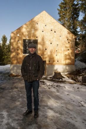 August Schmidt har tegnet, vært byggeleder og langt på vei bygd boligen, anneks og badstu i skogkanten i Bymarka.
