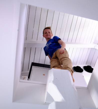 Boligen er gjennomtenkt ned til minste detalj. Her ser Iver ned til barnerommet fra loftet, som også nås via klatretrapp.