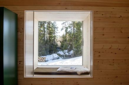 Klikk for stort bilde. Byggemåten med et utvendig skall, isolasjonslag og lufting mellom indre og ytre vegg, gjør vindusnisjene dype og romslige.