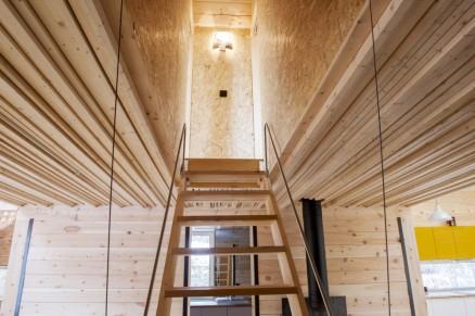 Klikk for stort bilde. Den nedfellbare trappa opp til to av soverommene styres med vaiere og et lodd. Slik spares mye plass i det underliggende rommet.