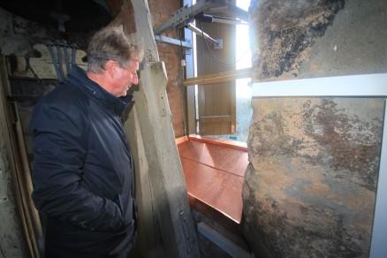 Klikk for stort bilde. Regnvannet som driver inn gjennom den søndre luka, blir nå samlet opp i et kobberkar. Et elektrisk varmeelement slår seg på automatisk og damper bort vannet.  (Foto: Tom Brodin)